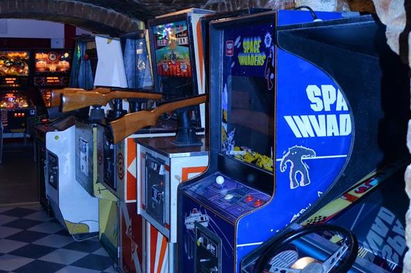 Még viszonylag kevés a klasszikus játéktermi konzol, de az igazi, klasszikus Space Invaders kárpótol mindenkit - még ha irdatlanul nehéz is